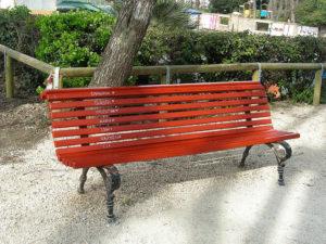 inspirasi warna kursi taman merah