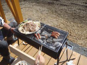 memanfaatkan taman rumah saat musim panas untuk barbeque-an