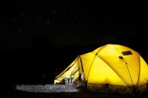 memanfaatkan taman rumah saat musim panas untuk camping