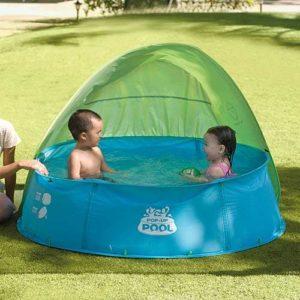 memanfaatkan taman rumah saat musim panas dengan berenang