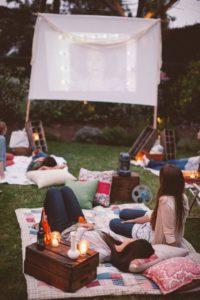 memanfaatkan taman rumah saat musim panas untuk movie screen
