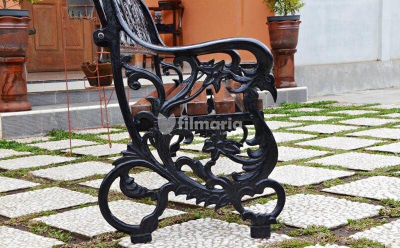 detail kaki kursi lyra kursi taman panjang