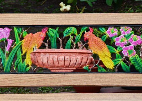 detail ornamen columba kursi taman panjang